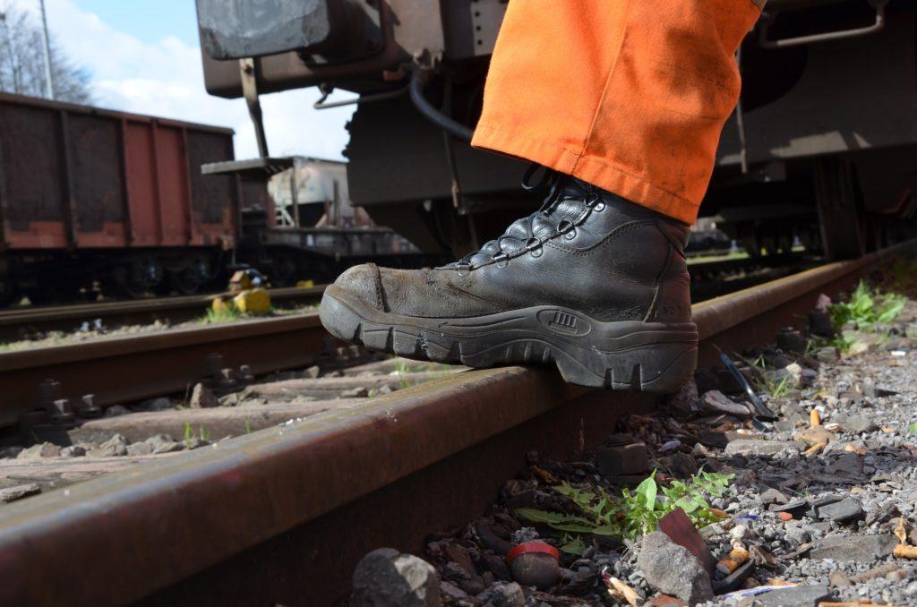 Calçado de proteção, seja de biqueira de aço ou compóstio, são obrigatórios em algumas funções.