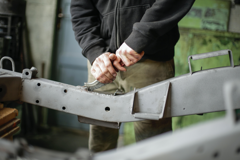 Homem usando ferramenta com o vestuário de trabalho certo