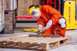 trabalhador a utilizar joelheiras de proteção